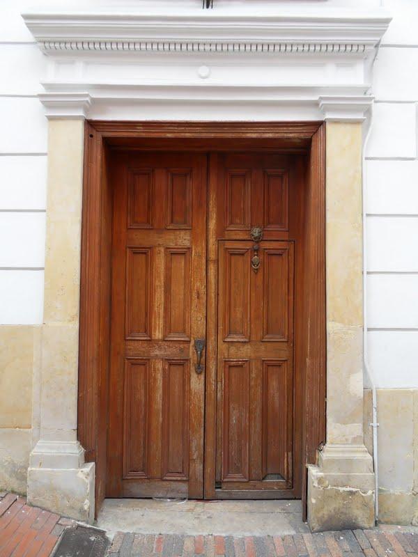 Los mejores pintores fot grafos y escultores de colombia for Puertas grandes antiguas