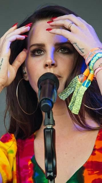 Lana Del Ray showed off her truth beauty to impress the viewers with her perform at the Iconic Pyramid Stage in Glastonbury on Saturday, June 28, 2014.