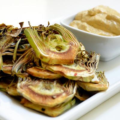 Chips de alcachofa con veganesa de zanahoria e hinojo