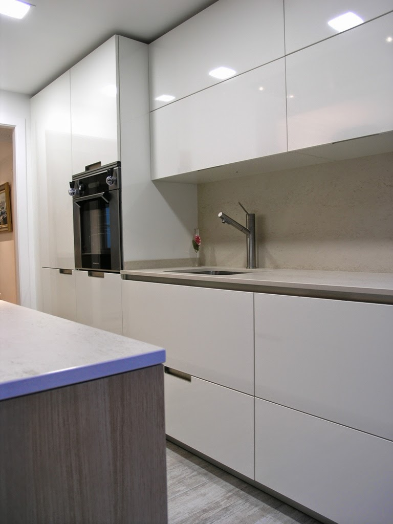 Cocina de perfil minimalista que se adapta al entorno for Cocinas blancas modernas 2016