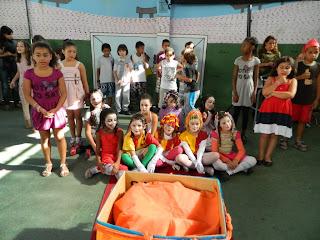 Alunos da Escola Antônio Santiago participam de apresentações teatrais