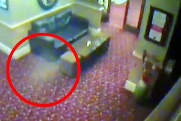 Lelaki terkejut kamera litar tertutup CCTV premis rakam sesuatu yang menakutkan