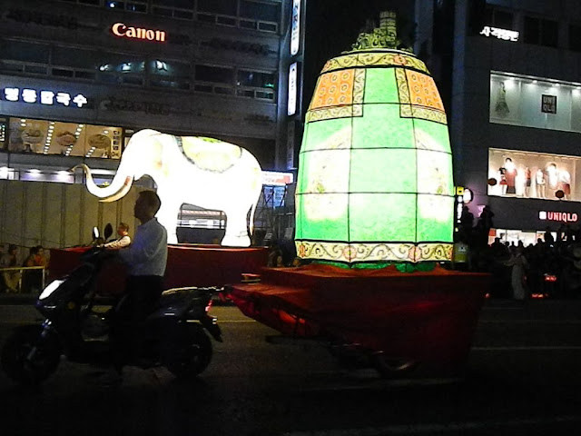 Two wheeler powered lantern float