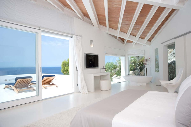 Bedroom with bathtub in Mediterranean villa in Mallorca by Alberto Rubio