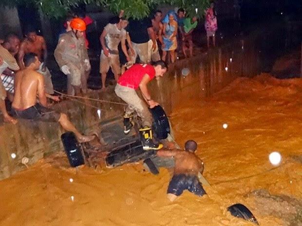 Corpo de Bombeiros fez resgate de motorista (Foto: Jadiel Luiz / Blog Sigi Vilares)