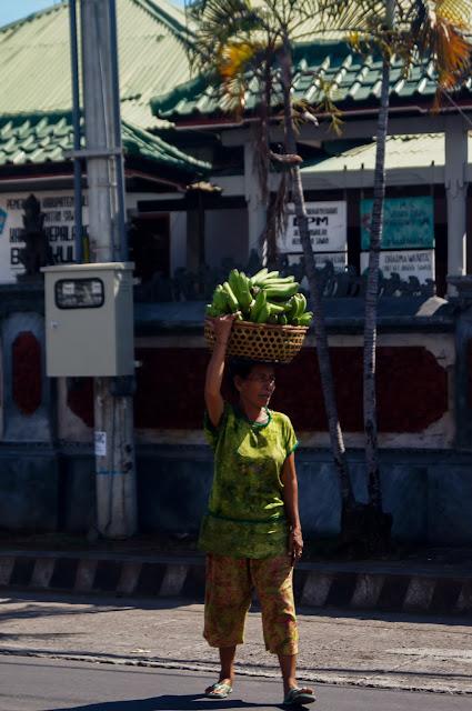 mujer balinesa con carga en la cabeza
