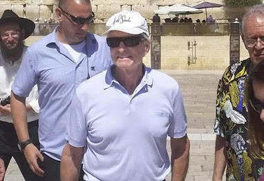 Michael Douglas visita o  Muro das Lamentações em Israel