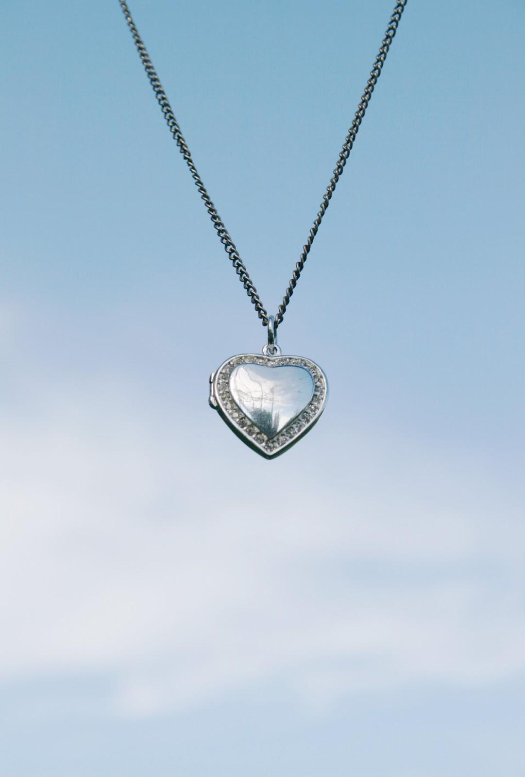 Dans collier de coeur d'amour