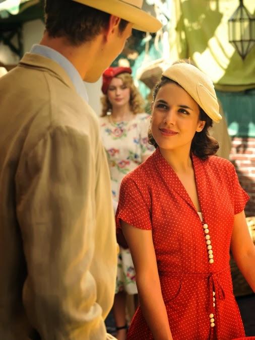 Sira Quiroga vestido rojo con lunares con Marcus Logan. El tiempo entre costuras. Capítulo 5.