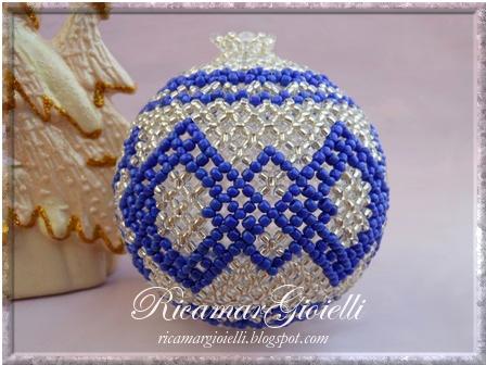 Palla di Natale rivestita di perline con la tecnica netting