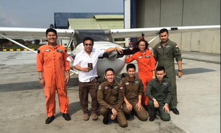 Foto Irwandi bersama Pilot pesawat