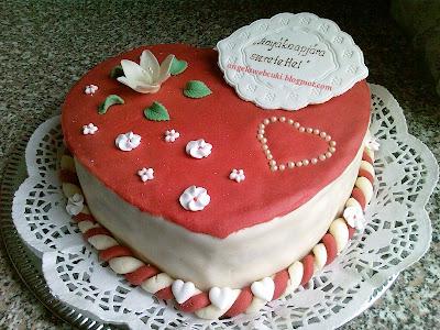 Anyák napi csokoládékrémes szívtorta, piros és fehér marcipánnal bevont, marcipánvirágokkal díszített, tejtermék mentes torta recept.