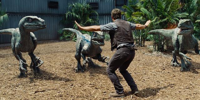 Jurassic World | Featurette mostra atrações do parque + Chris Pratt encara velociraptors em cena inédita