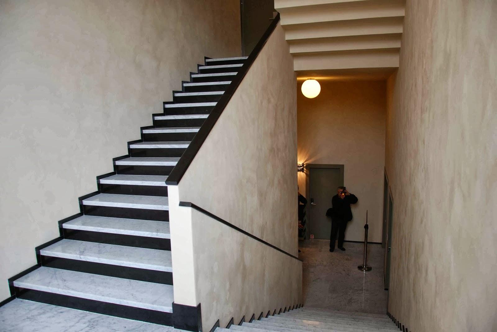Le blog des amis de la villa cavrois l 39 escalier principal et l 39 escalier de service for Quelle couleur pour mon escalier en bois