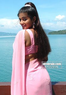 Priyamani line visible through saree.jpg