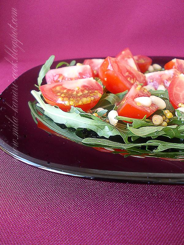 Салат с рукколой, томатами и кедровыми орешками