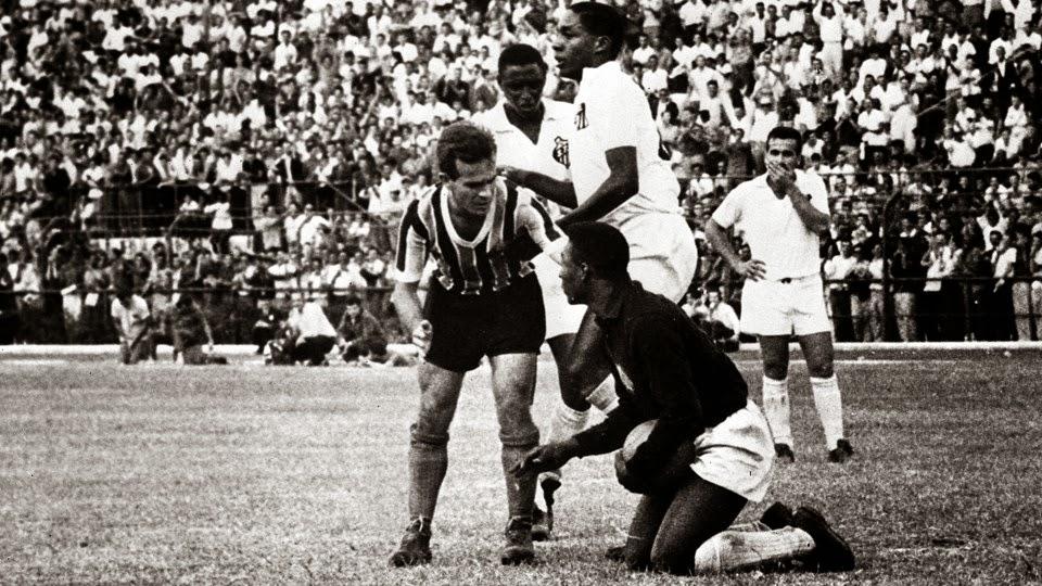 O Pelé vestiu uma camiseta preta de mangas compridas 3b851703c69b0