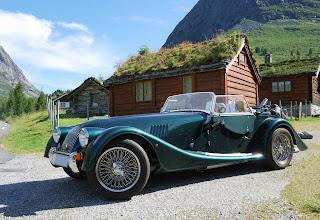 Auto clásico en las montañas de Noruega