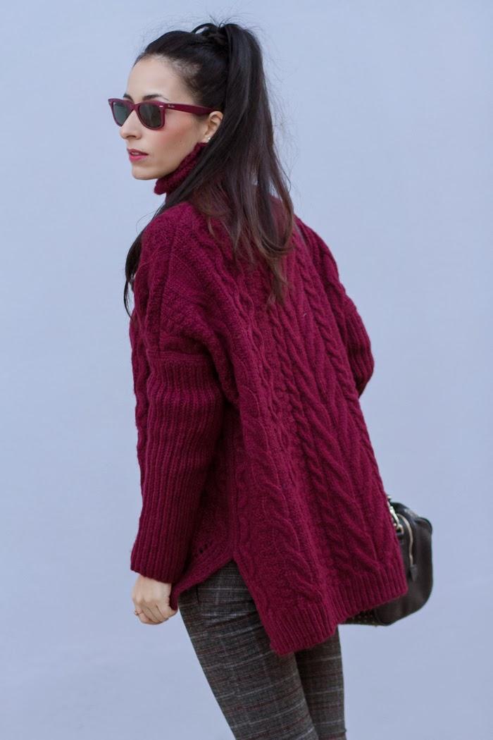 Bloguera valenciana con outfit con jersey de lana grueso con trenzas y pantalon gris de cuadros