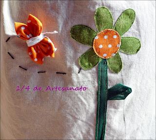 Capa de botijão de gás com aplicações de flores e borboletas de fuxico