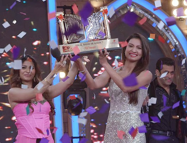 Tanisha and Gauhar raising the Bigg Boss 7 finale trophy