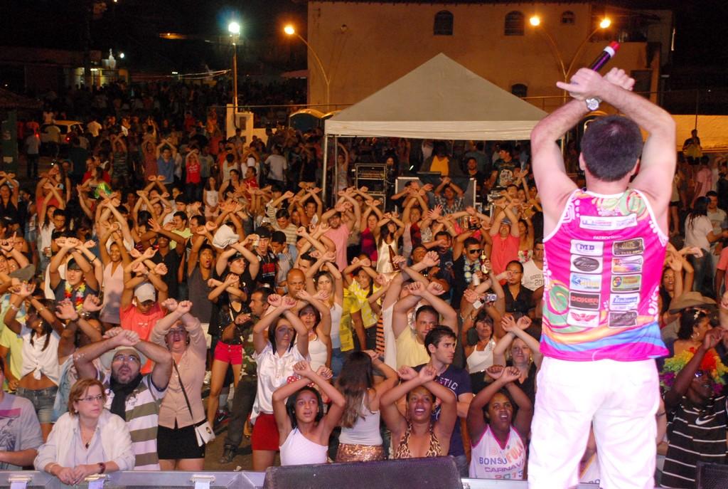 Bonsucesso canta junto com Marquinho Barbosa e Banda 5 Estações no Bonsufolia 2013