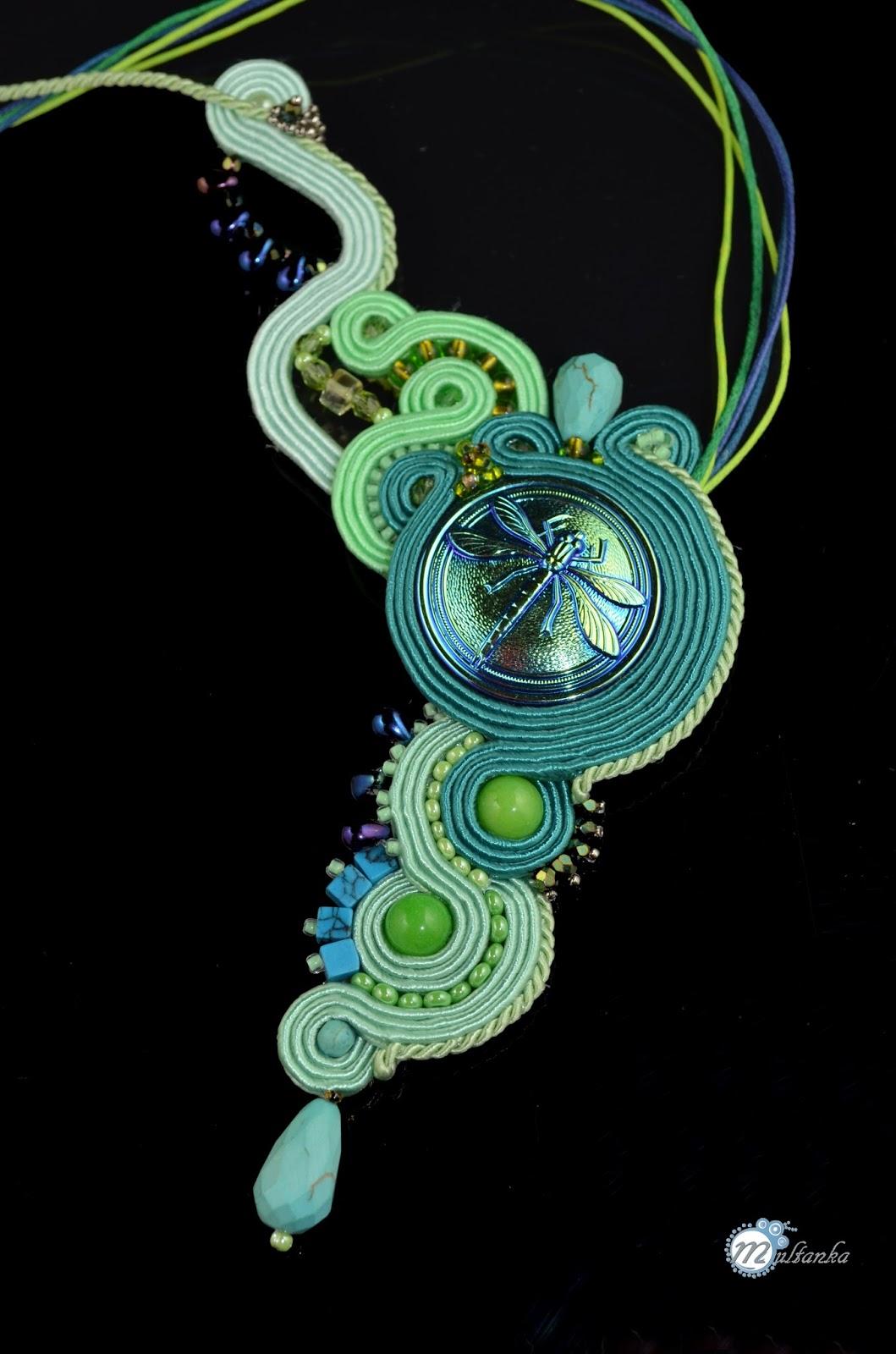 Turkusowy naszyjnik z ważką, wykany metoda haftu soutache - wykonanie multanka