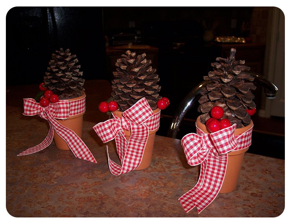 crafter on a budget 7 easy pine cone crafts for the holidays. Black Bedroom Furniture Sets. Home Design Ideas