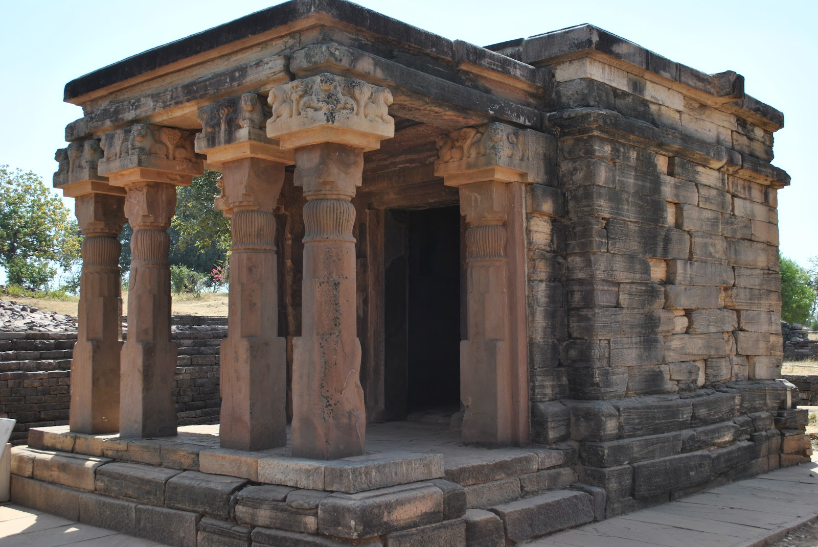 an analysis of the special features of sanchi stupa Sanchi (who built it location, features,physical envirnment and materials used.