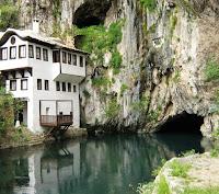 Dunia kita ini sangatlah penuh dengan tempat indah nan ajaib namun sayangnya mereka tidaklah begitu dikenal secara luas dan sering tidak masuk dalam daftar tujuan wisata. Padahal jika diketahui secara luas maka tempat-tempat terindah di dunia ini bisa menjadi surga dunia tersendiri. Berikut ini adalah 5 tempat tersembunyi paling indah dari berbagai penjuru dunia. 1. Blagaj, Bosnia-Herzegovina    Blagaj adalah sebuah kota kecil di Bosnia-Herzegovina dan kota ini adalah tempat dimana berbaurnya  nuansa perkotaan dengan nuansa perdesaan. Terletak di dekat sungai Buna, kota ini memiliki sebuah bangunan arsitektural seperti biara Muslim yang dikenal dengan nama Blagaj Tekke atau Vrelo Bune. Jika Bjagal sudah terkenal akan keharmonisan alamnya maka rumah Darwis di sungai Buna, Blagaj Tekke adalah apa yang dapat disebut sebagai salah satu tempat terindah yang ada di dunia.  2. Cappadocia, Turki    Merupakan wilayah bersejarah di pusat Anatolia, Turki, tempat ini terkenal akan penampakannya yang menyerupai bulan sabit, gabungan kota bawah tanah dan goa perkotaan. Dideskripsikan sebagai tempat paling menakjubkan secara visual di Turki, visual yang dimaksudkan itu paling bagus dilihat dari langit. Di sinilah dimana Cappadocia sangat terkenal, mereka menawarkan layanan balon udara panas dan balon-balon udara ini juga menambahkan keindahan tersendiri ke panorama Cappadocia. 3. Waitomo Glow Worm Cave, Selandia Baru    Berbeda sedikit dari namanya, glowworm sebenarnya adalah sejenis serangga bukan cacing yang dapat bercahaya dalam kegelapan. Jika biasanya Anda melihat bintang-bintang di langit dari kejauhan maka di Gua Glow Worm, Anda dapat menikmatinya lebih dekat. Merupakan sebuah tempat yang cukup popular karena populasi glowwom-nya yang sangat banyak dan populasi glowworm ini hanya dapat ditemukan di Selandia Baru. Sebagai tambahan dari pemandangan menakjubkan menyerupai bintang-bintang di langit, di kedalaman Gua Glow Worm juga dapat ditemukan formasi batu kapur (limestone) 