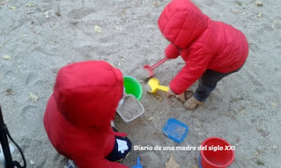 invierno niños parque jugando