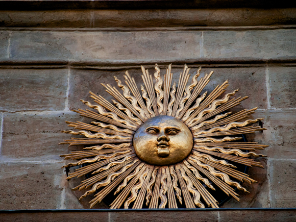 Sol, smbolo de Solsona sobre el Portal del Puente