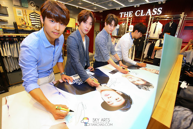 Autograph on a canvas of CNBLUE member dressed up with The Class apparels Photo by Mango Loke