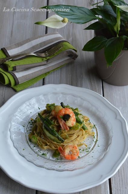 tagliatelline con farina di grano verna agli asparagi e code di gambero