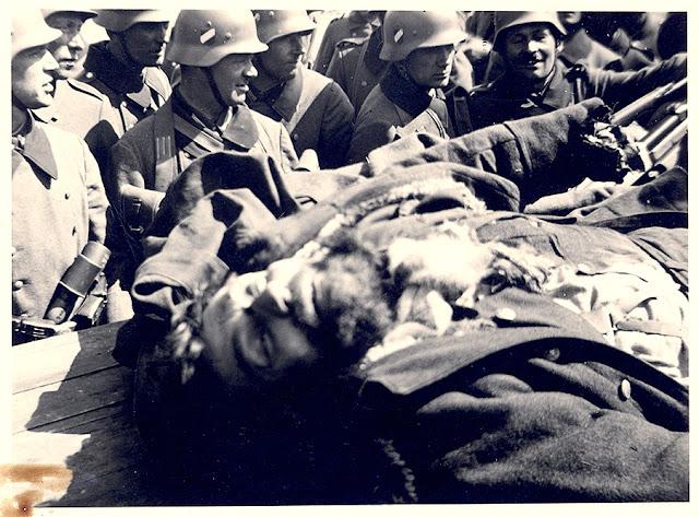 Dwie pośmiertne fotografie majora Hubala (ze znanych pięciu); wykonanych w dniu 30 kwietnia 1940 roku. Fot. zawarte w książce: Jacka Lombarskiego Major Hubal. Legendy i mity.