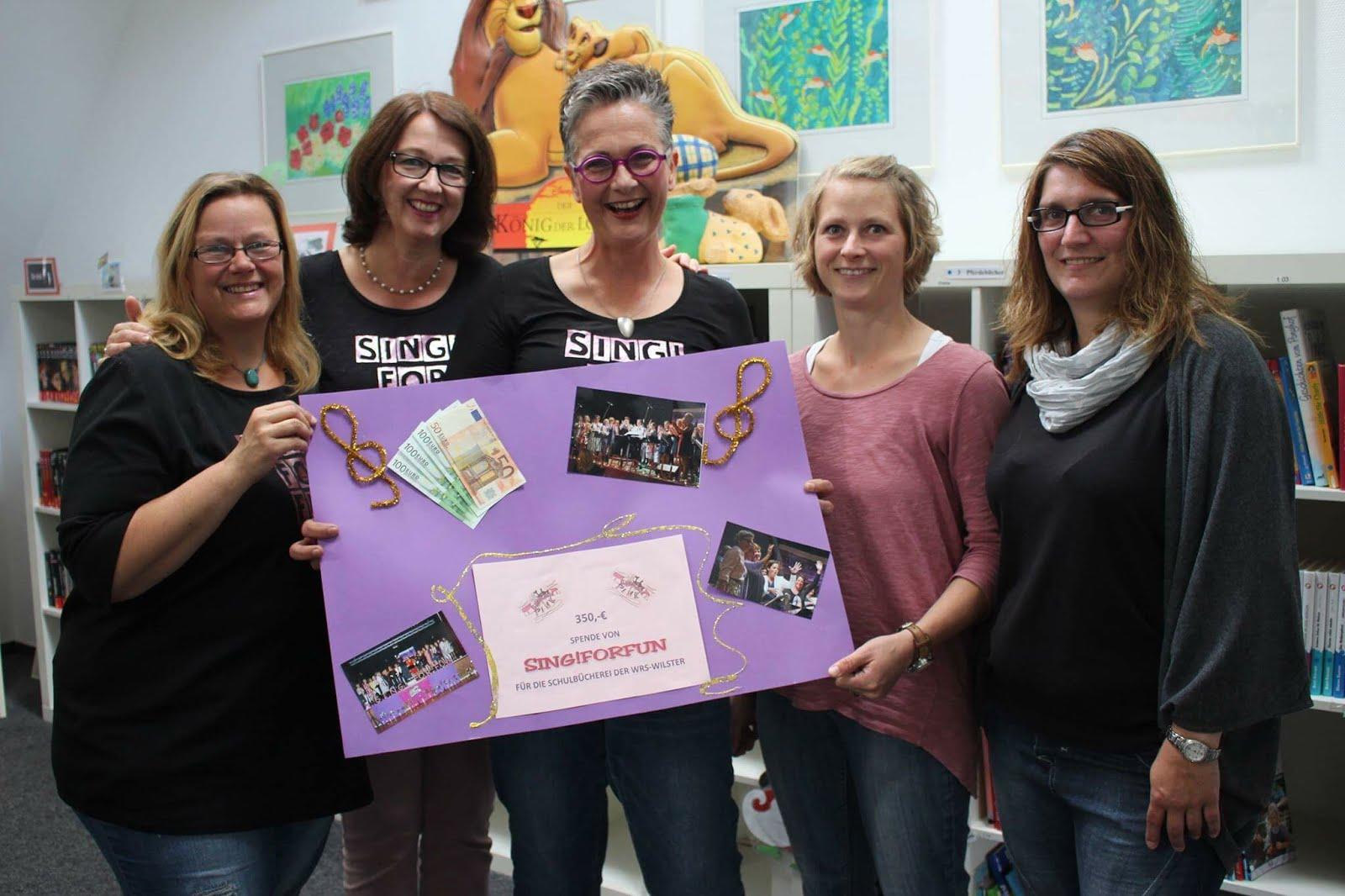 Spendenübergabe an die Schulbücherei der WRS Wilster