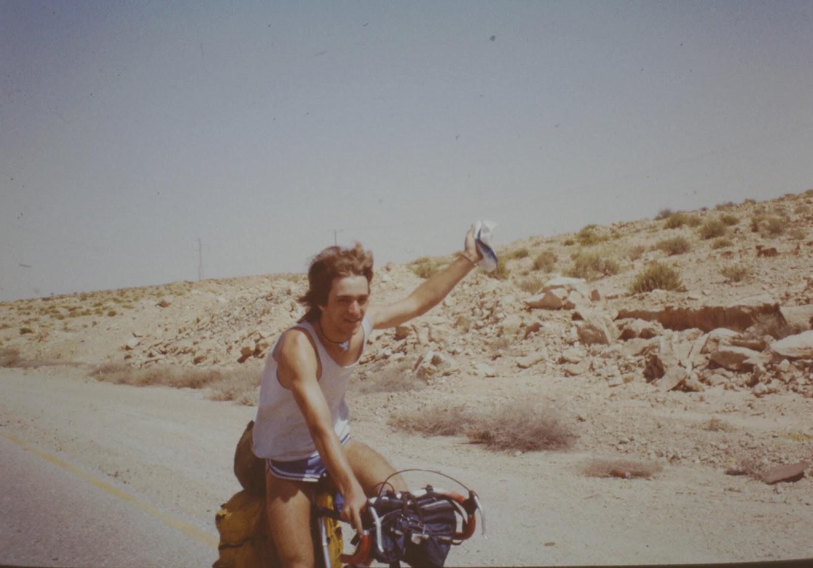 Der andere einsame Radfahrer in der Wüste. In Hot-Pants.