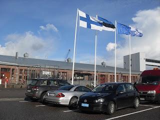 Saatkonna esindaja külaskäigu auks heisatakse tehaste ees ka Eesti lipp)