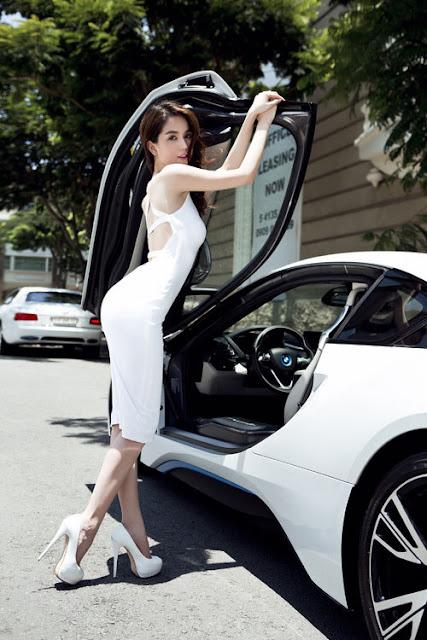 Chiếc Hybrid BMW i8 có giá hơn bảy tỷ đồng. Một trong số các phân đoạn quay đầu tiên là cảnh nhân vật chính tên Trinh (Ngọc Trinh đóng) trở về thăm quê nhà sau thời gian lập nghiệp thành công ở thành phố.