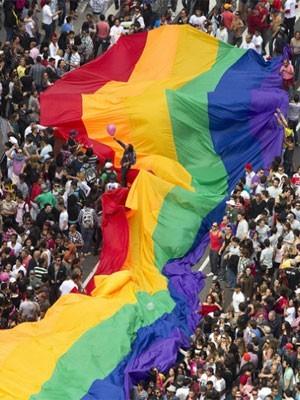 Enorme bandeira com as cores do arco-íris é estendida na Av. Paulista (Foto: Andre Penner/AP)