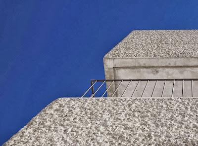 Detalle del acabado de hormigón rugoso de la casa cubo