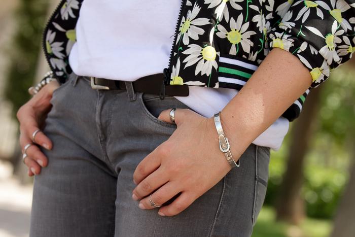 Brazalete metálico y anillos midi en plata tendencia temporada