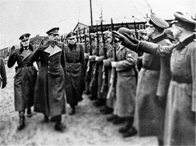 Генерал Андрей Власов вместе с немецкими офицерами принимает парад Русской освободительной армии