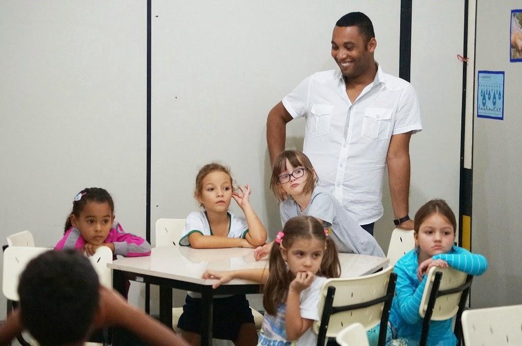 Os alunos do professor Leonardo de Oliveira participam de contação de histórias