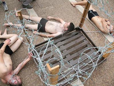 Ativistas marcam-se com ferro quente em defesa dos animais