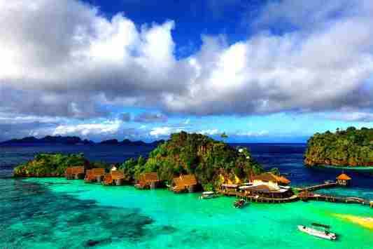 Gambar keindahan pantai di pulau raja ampat papua, Indonesia
