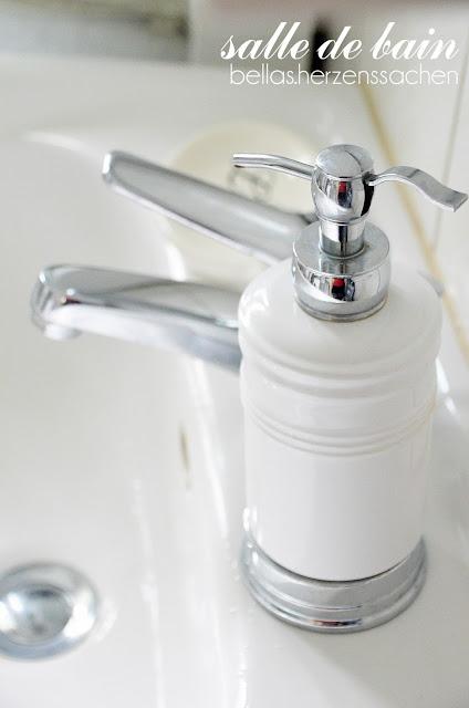 weißes Bad Seifenspender