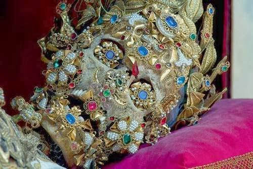 هياكل وجماجم مرصعة بالذهب والجواهر