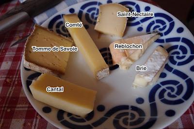 Plato de quesos franceses: Reblochon, Tomme de Savoie, Saint-Nectaire, Brie, Comté, Cantal