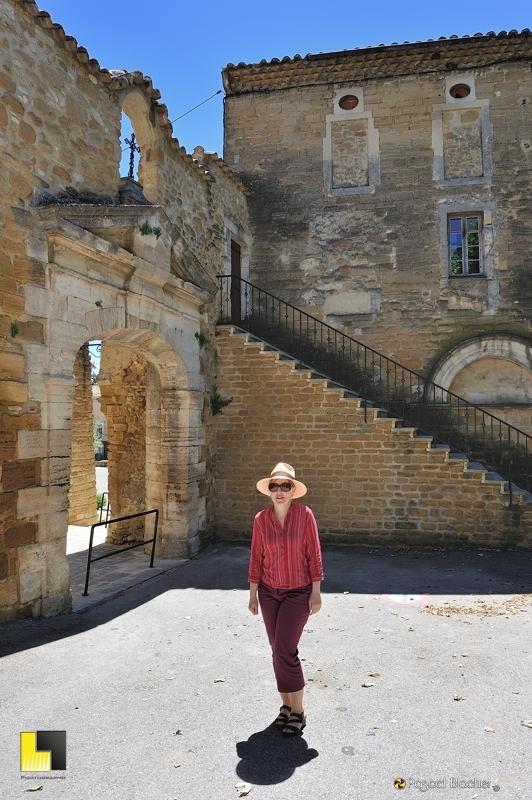 valérie blachier devant l'abbaye de bouchet dans la drôme photo blachier pascal